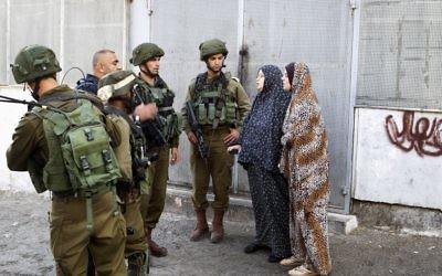 Soldats israéliens sur les lieux d'une attaque au couteau à Tel Rumeida, le quartier juif de Hébron, en Cisjordanie, le 17 septembre 2016. (Crédit : Wisam Hashlamoun/Flash90)