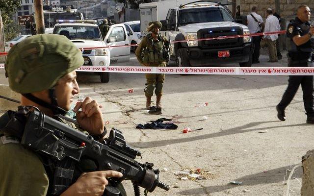 Soldats israéliens sur les lieux d'une attaque au couteau à Hébron, en Cisjordanie, le 17 septembre 2016. Illustration. (Crédit : Wisam Hashlamoun/Flash90)