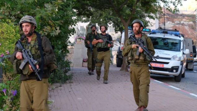 Des soldats israéliens en patrouille après qu'un terroriste palestinien a poignardé un soldat réserviste de l'armée israélienne dans l'implantation d'Efrat, dans le Gush Etzion, en Cisjordanie, le 18 septembre 2016. (Crédit : Gerson Elinson/Flash90)