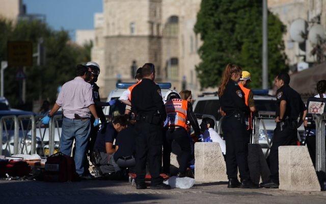 Secouristes et policiers sur la scène d'une attaque au couteau devant la porte d'Hérode de la Vieille Ville de Jérusalem, le 19 septembre 2016. (Crédit : Yonatan Sindel/Flash90)
