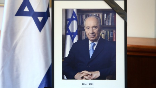 Une photographie encadrée de noir de l'ancien président Shimon Peres, 1923 - 2016, dans les bureaux du Premier ministre à Jérusalem, le 28 septembre 2016. (Crédit : Marc Israel Sellem/Pool)
