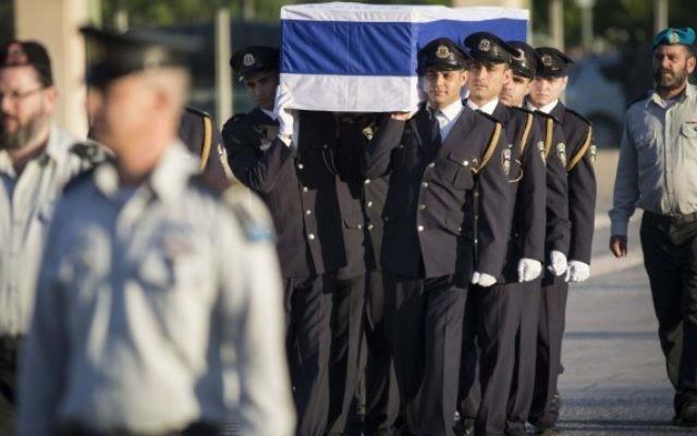 La Garde d'honneur porte le cercueil de l'ancien président Shimon Peres à la Knesset, le 29 septembre 2016. (Crédit : Hadas Parush / Flash90)