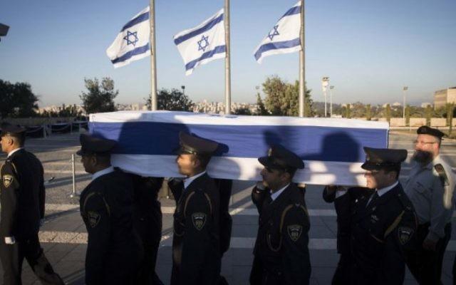 La garde d'honneur porte le cercueil de l'ancien président Shimon Peres à la Knesset, le 29 septembre 2016. (Crédit : Hadas Parush/Flash90)