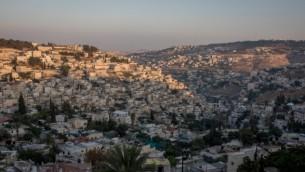 Une vue de Jérusalem-Est au coucher du soleil, le 8 août 2016. (Crédit : Zack Wajsgras / Flash90)