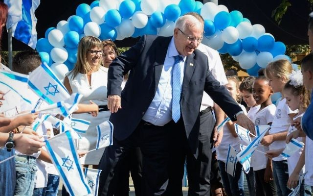 Le président Reuven Rivlin dans une école primaire à Kiryat Bialik, près de Haïfa, le premier jour de l'année scolaire le 1er Septembre 2016 (Crédit : Mark Neyman / GPO)