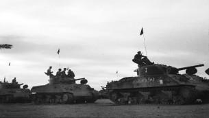 Dans tanks israéliens Sherman avancent vers Mitla Pass pendant la campagne du Sinaï en 1956. (Crédit : armée israélienne/Flickr)