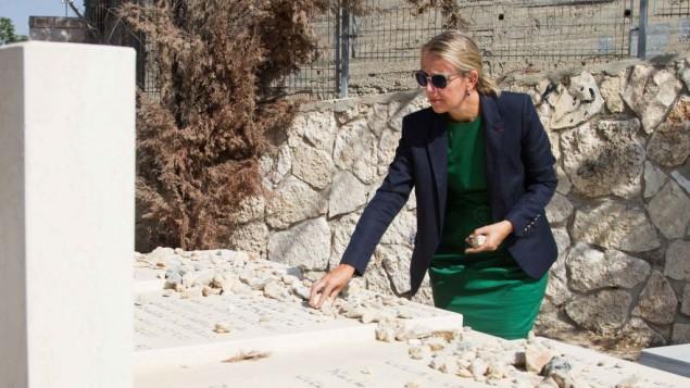 L'Ambassadrice désignée de France en Israël, Hélène Le Gal, s'est rendue au cimetière de Givat Shaul pour se recueillir sur les tombes des victimes d'actes terroristes commis en France à l'occasion de la journée nationale d'hommage commémorée en France, le 19 septembre 2016. (Crédit : Marine Crouzet/ambassade de France en Israël)