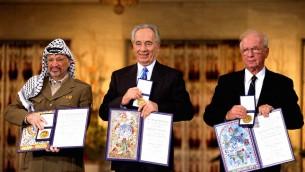 De gauche à droite, le dirigeant palestinien Yasser Arafat, le ministre des Affaires étrangères Shimon Peres et le Premier ministre Yitzhak Rabin, les trois lauréats du Prix NObel de la Paix 1994, à Oslo. (Crédit : GPOvia Getty Images)