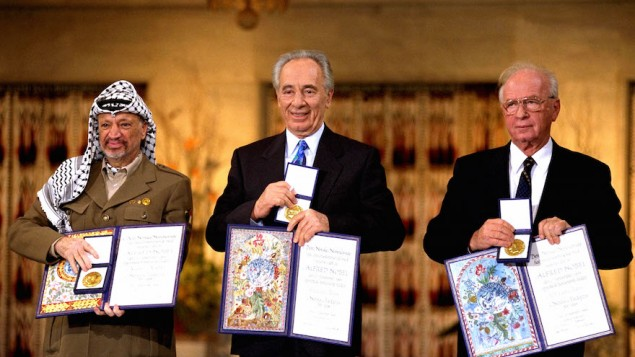 De gauche à droite, le dirigeant palestinien Yasser Arafat, le ministre des Affaires étrangères Shimon Peres et le Premier ministre Yitzhak Rabin, les trois lauréats du Prix Nobel de la Paix 1994, à Oslo. (Crédit : GPO via Getty Images)