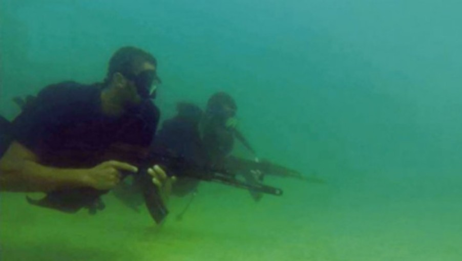Commando naval du Hamas, dans une vidéo de propagande publiée par le groupe terroriste pendant l'opération Bordure protectrice, à l'été 2014. (Crédit : capture d'écran)