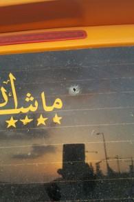 Un trou dans la vitre arrière d'un véhicule palestinien qui aurait été visé par un militant de droite juif avec un pistolet à air comprimé, en août 2016. (Crédit : police israélienne)