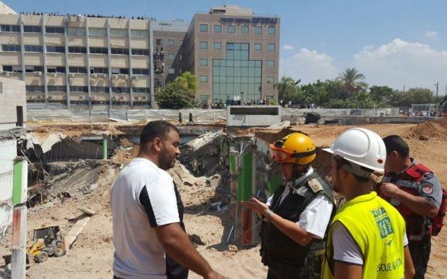 Les équipes de secours sur les lieux de l'effondrement d'un immeuble dans le nord de Tel Aviv, le 5 septembre 2016. (Crédit : ZAKA)