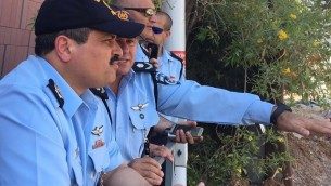 Le chef de la police, Roni Alsheich, sur le site de l'effondrement d'un parking dans le quartier Ramat HaHayal, dans le nord de Tel Aviv, tuant au moins deux personnes, le 5 septembre 2016. (Crédit : police israélienne)