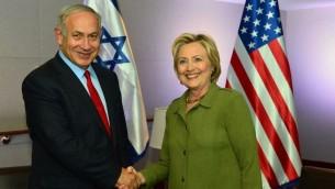 Le Premier ministre Benjamin Netanyahu et la candidate démocrate à l'élection présidentielle américaine Hillary Clinton à New York, le 25 septembre 2016. (Crédit : Kobi Gideon/GPO)