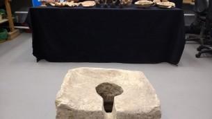 Datant du VIIIème siècle avant JC, des toielttes symboliques ont été découverts à Lachish durant les excavation de 2016 par les archéologues de l'Autorité des antiquités israélienne. (Ilan Ben Zion/Times of Israel staff)