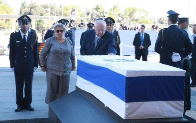 Le président Reuven Rivlin dépose une couronne sur le cercueil de l'ancien président et Premier ministre Shimon Peres dont la dépouille se trouve à la Knesset, le 29 septembre 2016. (Crédit : bureau de Yizhak Harari / Knesset porte-parole)