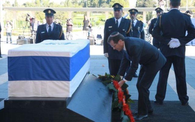 Isaac Herzog se recueille sur le cercueil de Shimon Peres, le 29 septembre 2016 sur le parvis de la Knesset (Crédit :  bureau de Yizhak Harari / Knesset porte-parole)
