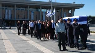 Le cercueil de Shimon Peres quitte la Knesset (Crédit : Knesset)