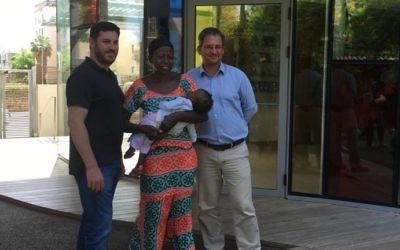 Paul Charney (à gauche) avec Isatou Sillah, qui tient le patient Sanusay Demba à l'hôpital Wolfson à Tel Aviv (Crédit : Autorisation)