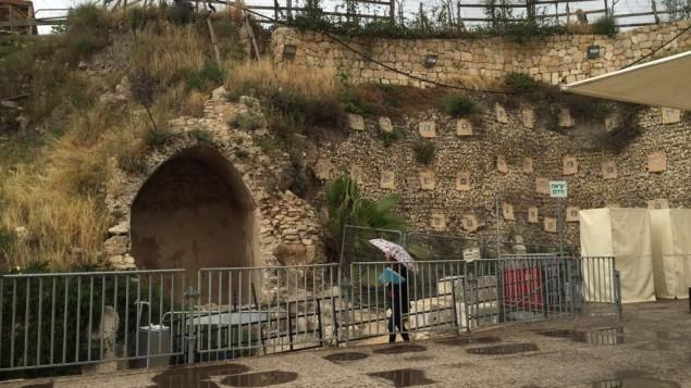 La plateforme temporaire de prières égalitaires, construite en 2013 dans le parc archéologique Davidson de la Vieille Ville de Jérusalem, le 12 avril 2016. (Crédit : Amanda Borschel-Dan/Times of Israel)