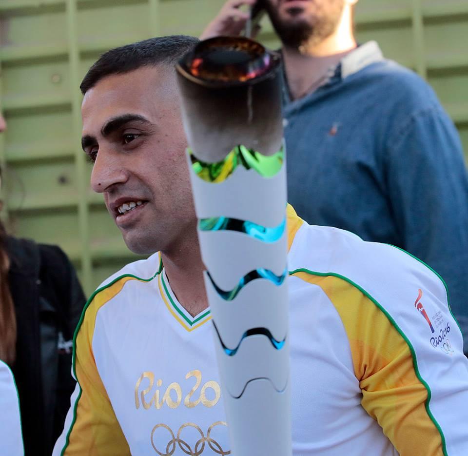 Ibrahim al-Hussein a transporté la flamme Olympique dans un camp de réfugiés à Athènes, en Grèce, en avril 2016. (Crédit : autorisation)
