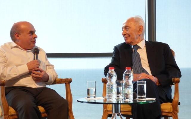 Natan Sharansky, président de l'Agence juive pour Israël, et Shimon Peres, au centre Peres pour la Paix à Jaffa, le 7 avril 2015. (Crédit : David Shechter/Agence juive pour Israël)