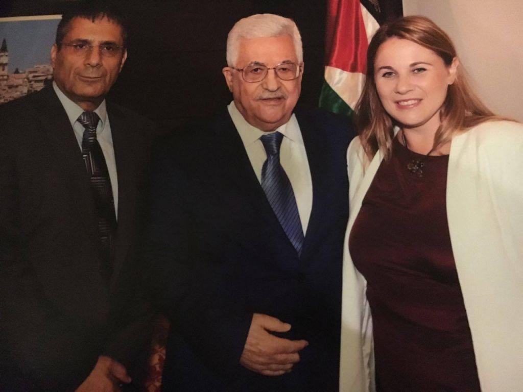Le président de l'Autorité palestinienne Mahmoud Abbas, entouré des députés de l'Union sioniste Ksenia Svetlova (à droite) et Yossi Yona, pendant une visite à Ramallah d'août 2016. (Crédit : Facebook)