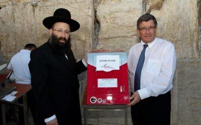 Le directeur général des services postaux israéliens Danny Goldstein (à droite) et le rabbin Shmuel Rabinovitch, rabbin du mur Occidental et des lieux saints, au mur Occidental, le 19 septembre 2016. (Crédit : Ran Dickstein)