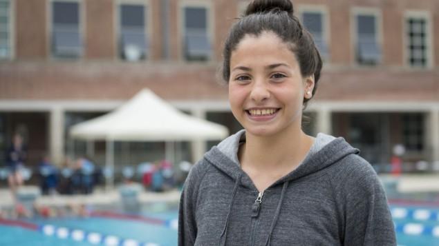 Dix mois après avoir fui la capitale syrienne, Damas, Yusra Mardini, nageuse et réfugiée syrienne, a été sélectionnée pour faire partie de l'Equipe olympique de réfugiés aux Jeux de Rio, en été 2016. (Crédit : CIO)