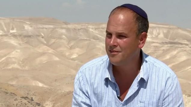 Le Dr Micah Goodman, philosophe israélien, sur les terres de la Midrasha Ein Prat. (Crédit: capture d'écran YouTube)