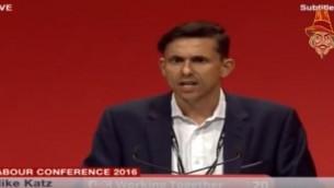Mike Katz, le vice-président du Jewish Labour Movement, faisant un discours à la conférence annuelle du parti travailliste à Liverpool, le 27 septembre (Crédit : Capture d'écran YouTube/David Scullion)