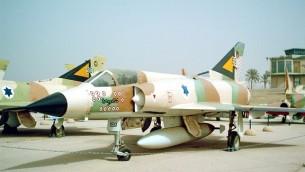 Un avion de chasse français Dassault Mirage III exposé au musée de l'armée de l'air israélienne, à Beer Sheva. (Crédit : Wikimedia)