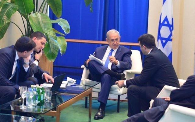 Le Premier ministre Benjamin Netanyahu et son équipe avant son discours devant l'Assemblée générale des Nations unies à New York, le 22 septembre 2016. (Crédit : Kobi Gideon/GPO)