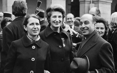 Geneviève de Gaulle (la nièce de Charles de Gaulle) et Odette Fabius (au centre), amies depuis leur incarcération au camp de concentration nazi de Ravensbrück, après la remise de la Légion d'Honneur à Odette Fabius en 1971. (Crédit : autorisation)