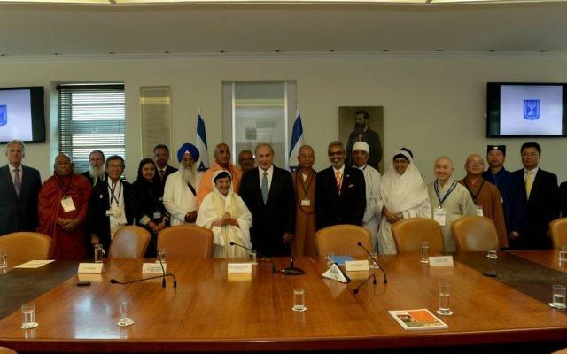 Le Premier ministre Benjamin Netanyahu en compagnie de dirigeants religieux  venus d'Asie de l'Est, le 12 septembre 2016. (Crédit: Haim Zach/GPO)