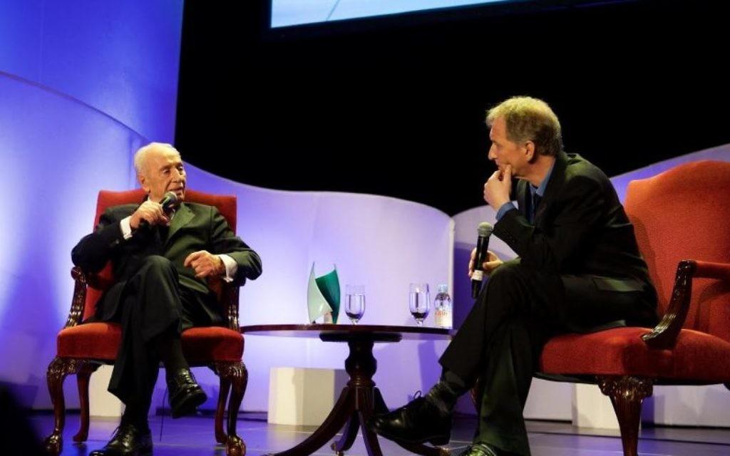 Shimon Peres et David Horovitz au gala du Times of Israël, au Waldorf Astoria, à New York, le 15 février 2015. (Crédit : Perry Bindelglass/Times of Israel)