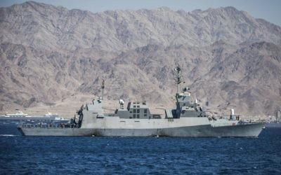 Un bâtiment de la Marine israélienne pendant un important exercice en mer Rouge, au large d'Eilat, en mars 2016. (Crédit : unité des porte-paroles de l'armée israélienne)