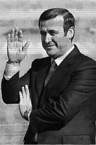 Rifaat el-Assad, l'oncle du président syrien Bashar el-Assad, dans les années 1980. (Crédit : non crédité/ Syrianhistory.com, Domaine public/WikiCommons)