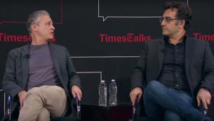 Jon Stewart et Maziar Bahari (Crédit : capture d'écran YouTube)