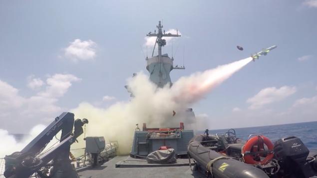 Un navire israélien tire un missile mer-mer Harpoon sur un bateau réformé pendant un exercice, le 5 juillet 2016. (Crédit : capture d'écran unité des porte-paroles de l'armée israélienne)