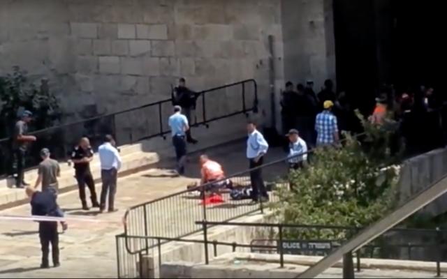 Des secouristes soignent un Jordanien qui a été blessé par la police des frontières pendant qu'il tentait d'attaquer une policière avec un couteau à la porte de Damas de la Vieille Ville de Jérusalem, le 16 septembre 2016. (Crédit : capture d'écran YouTube)