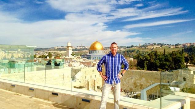 Tamir Goodman, ancienne star du basketball, dans la Vieille Ville de Jérusalem. (Crédit : Facebook)