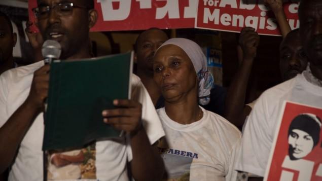 La mère Avraham Aberra Mengistu, Agurnesh, dans une manifestation devant la résidence du Premier ministre à Jérusalem, le 11 septembre 2016. (Crédit: Luke Tress/Times of Israel)