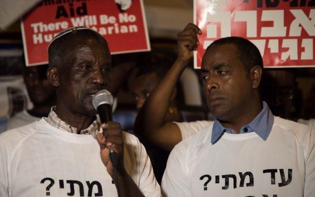 Le père d'Avraham Aberra Mengistu, Ayaline, s'exprime pendant une manifestation devant la résidence du Premier ministre à Jérusalem, le 11 septembre 2016. (Crédit: Luke Tress/Times of Israel)