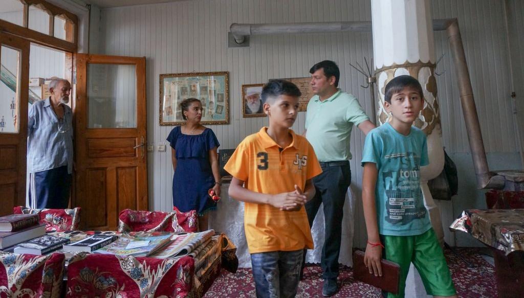 Illustration : Shirin Yakubov visite la synagogue principale de Boukhara, en Ouzbékistan, avec son fils, un ami de son fils et deux gardiens musulmans, le 9 septembre 2016. (Crédit : Cnaan Liphshiz/JTA)