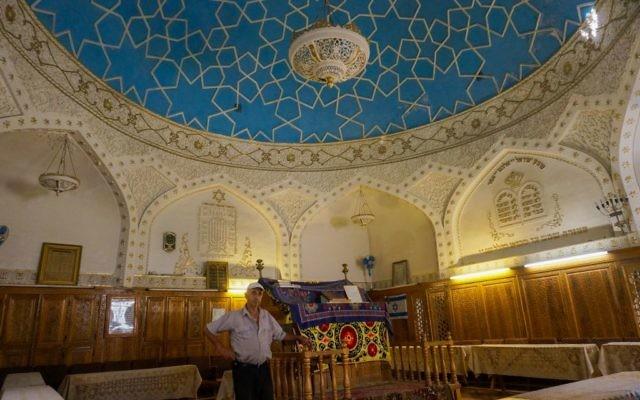 Yossif Tilayev, le gardien de la synagogue Bukharian de Samarcande, en Ouzbékistan, le 11 septembre 2016. (Crédit : Cnaan Liphshiz/JTA)