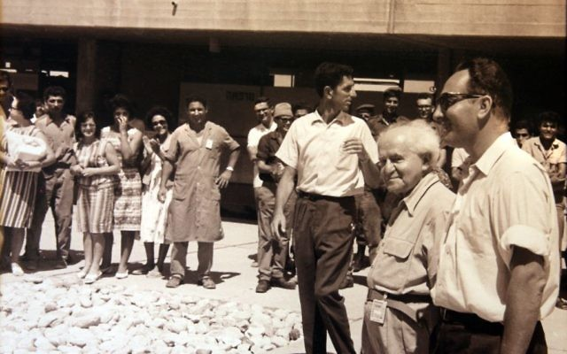 Shimon Peres et David Ben Gurion visitent le réacteur nucléaire de Dimona, dans le sud d'Israël. (Crédit : archives du ministère de la Défense)