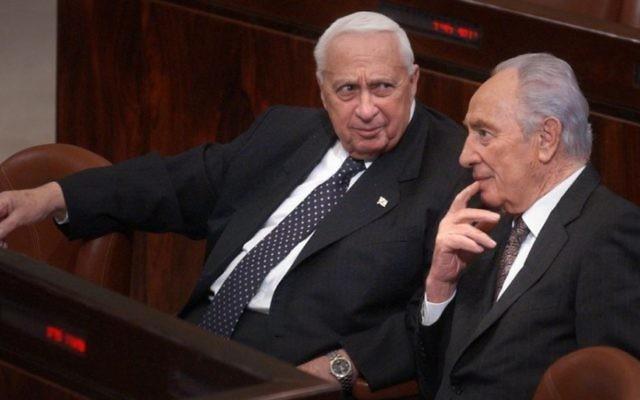 Ariel Sharon, à gauche, avec Shimon Peres à la Knesset en 2005. (Crédit : Sharon Perry / Flash90)