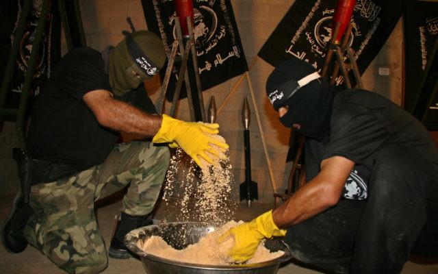 Des Palestiniens en train de fabriquer des explosifs, des mortiers et des roquettes (Crédit : Ashraf Amra/propaimages/Flash90)