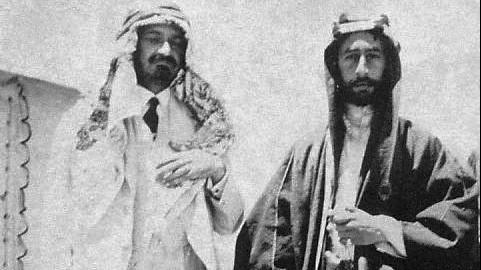 Chaïm Weizmann (à gauche) et Emir Feisal I (Crédit : WikiCommons)